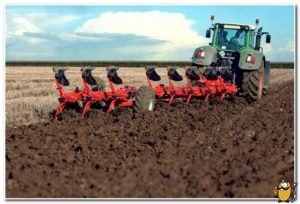 вспашка земли трактором